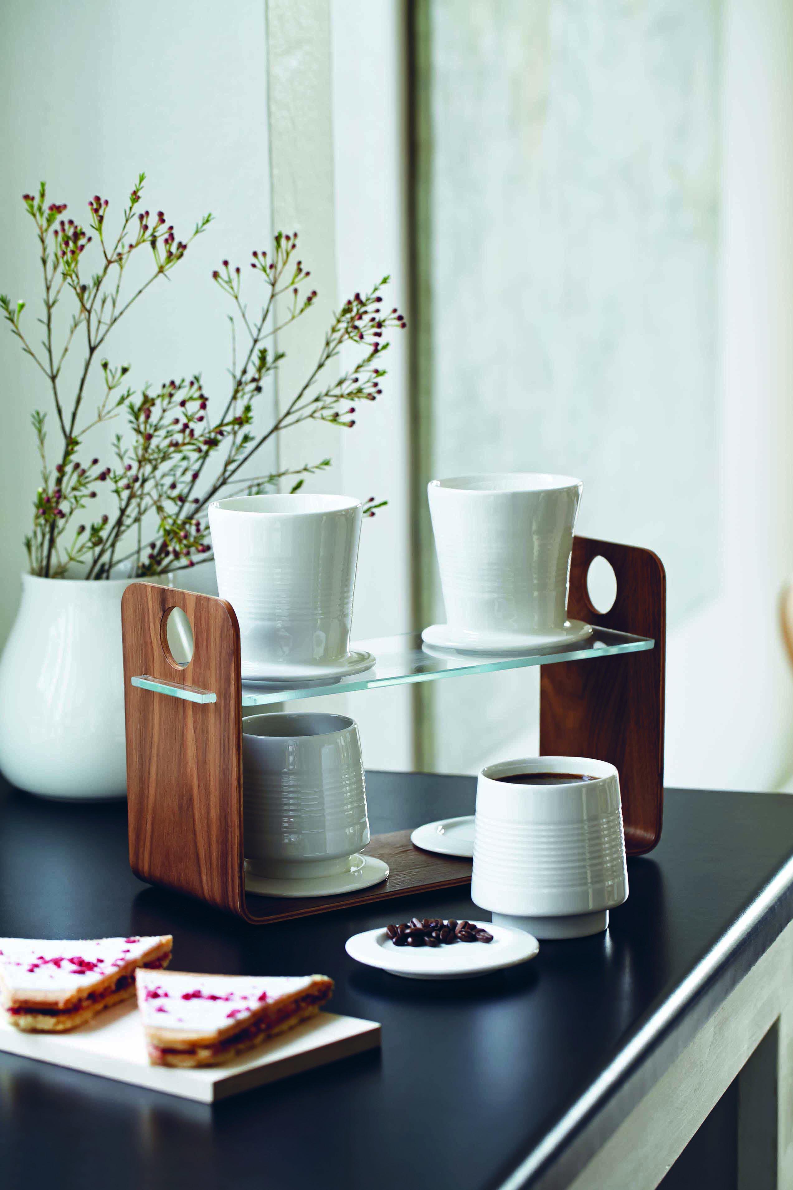 Lækker etage bakke i valnøddetræ også fra Kähler, så kan kaffen vist ikke serveres mere elegant.