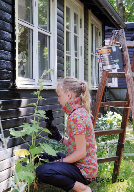 Vinduerne har fået malertape på siderne så det er lettere at male op til.