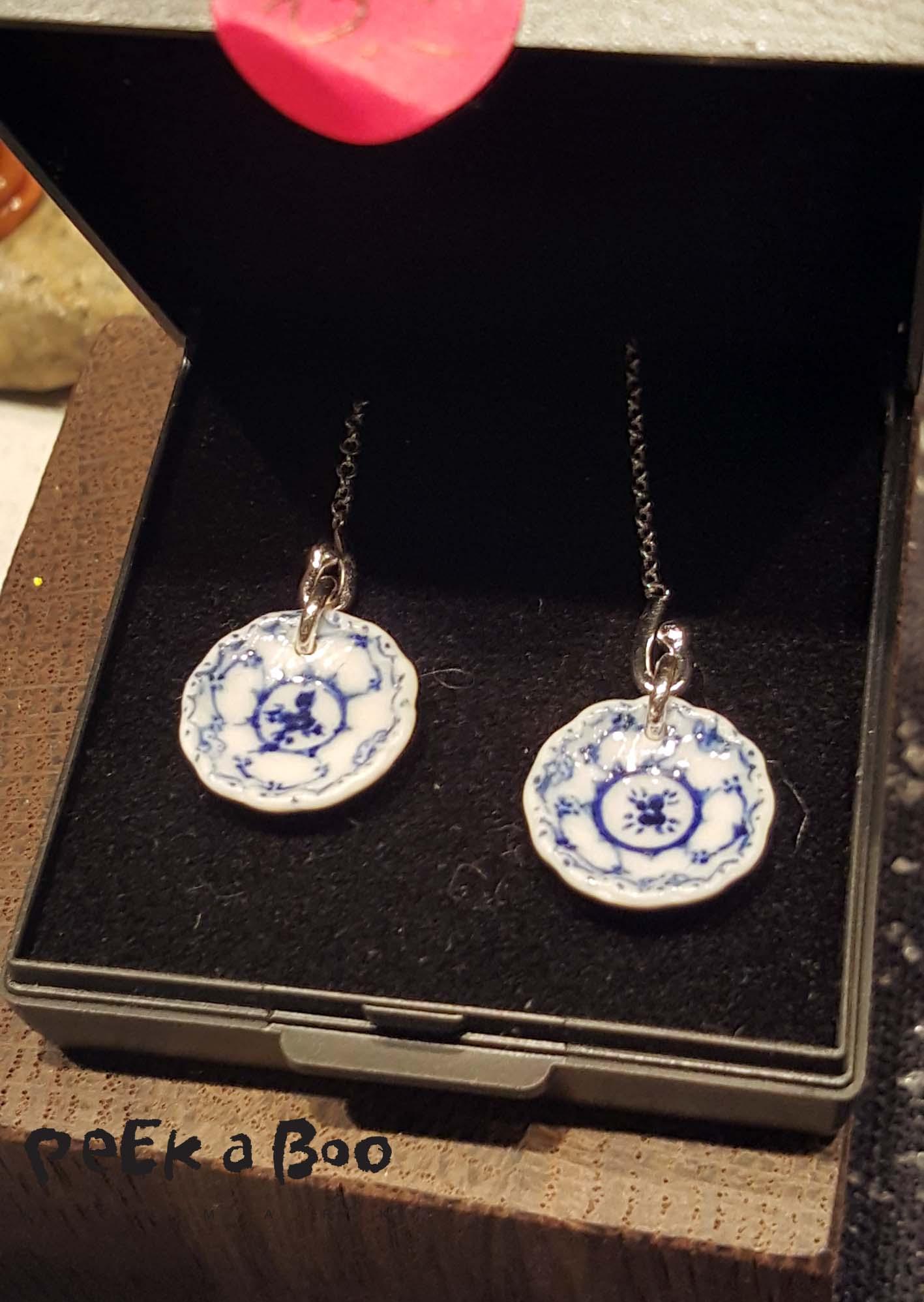små miniature tallerkner i øreringe fra Wau smykker.
