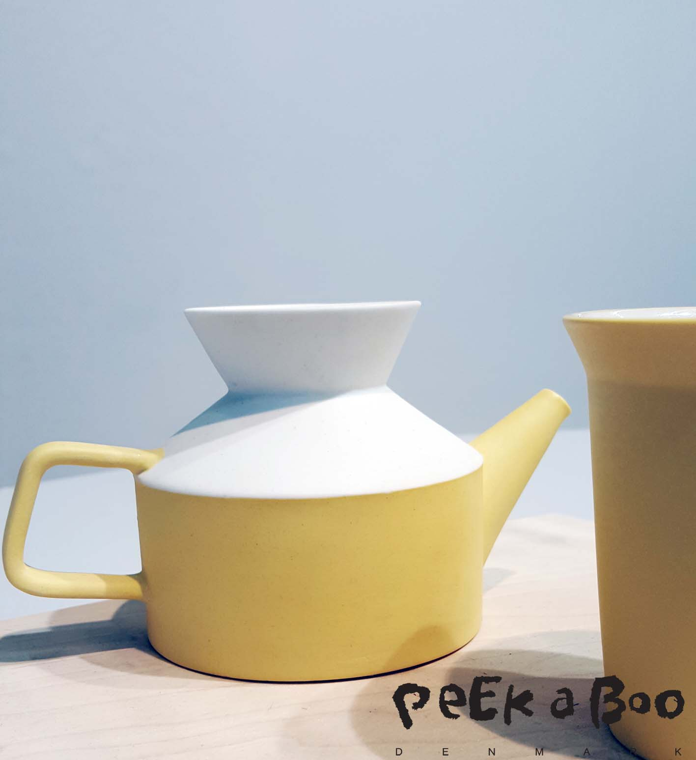 Moiminjia is a Chinese porcelain brand.