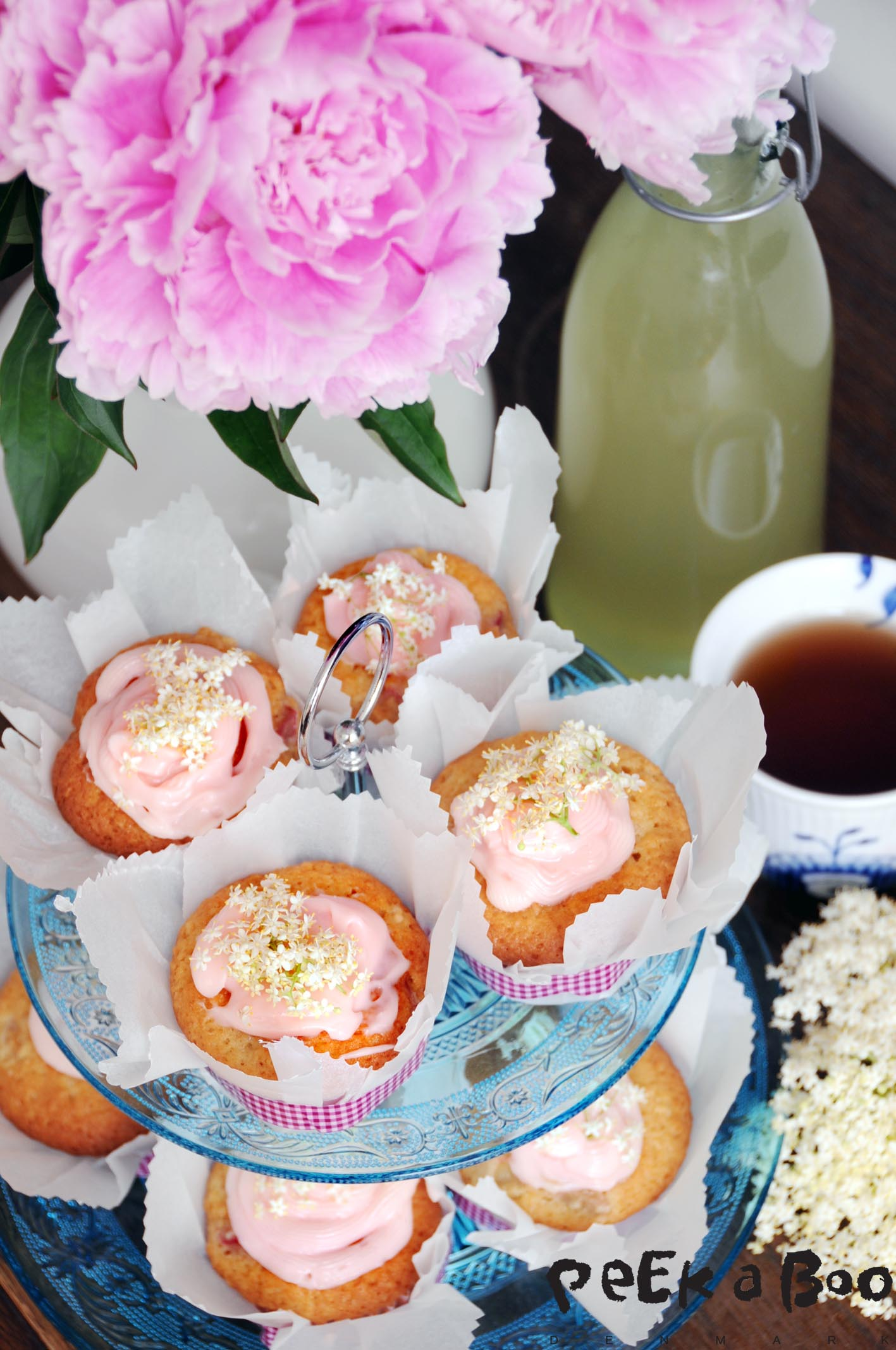 Elderflower muffins with rhubarb find the recipe in my book together with other recipes with elderflower.