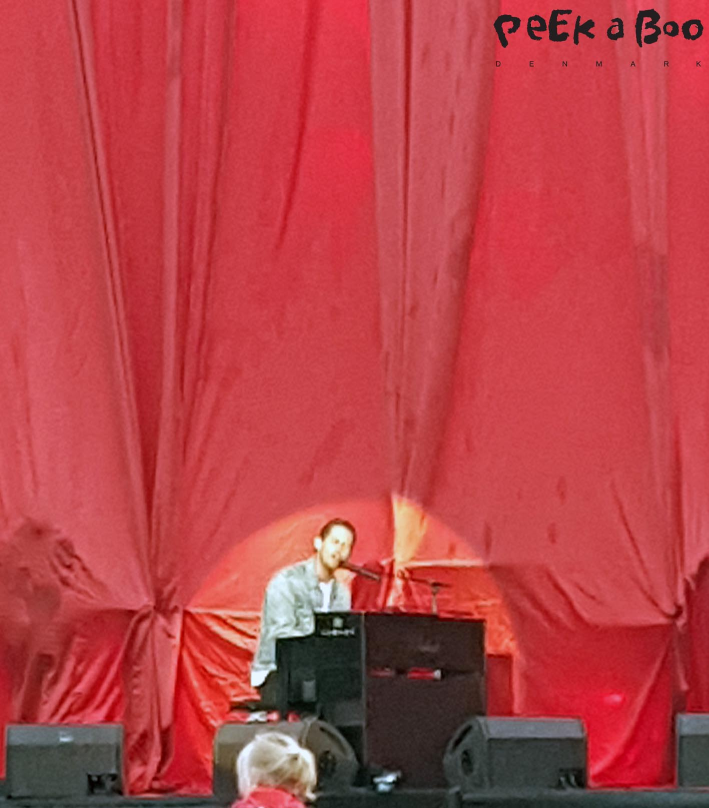 Rasmus Seebach started his concert solo with him singing and playing the piano.