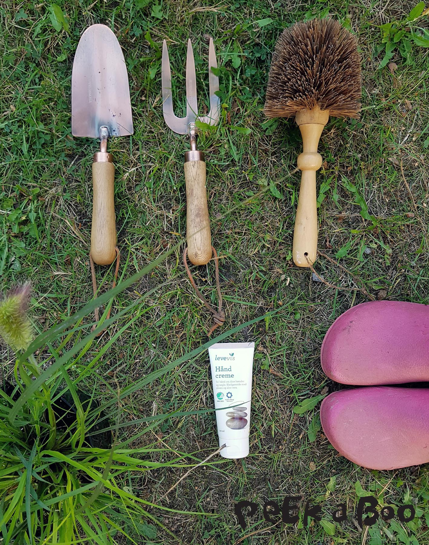 Garden tools from Ellos in brass and tree and a brush for your pots. The hand lotion I use is from Levevis. All the plants are from Gartneriet Pedersen.